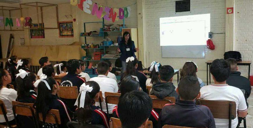 estudiantes de primaria en charla de educasec adamey